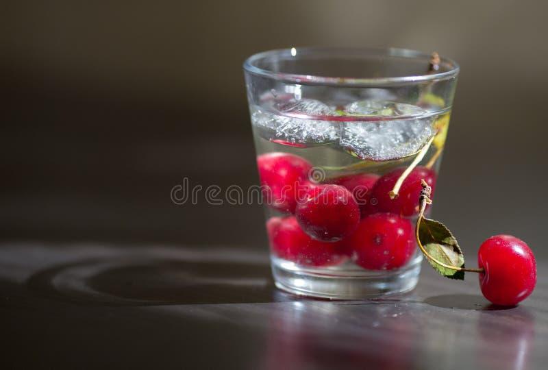 Glaskop met water wordt gevuld dat royalty-vrije stock afbeeldingen