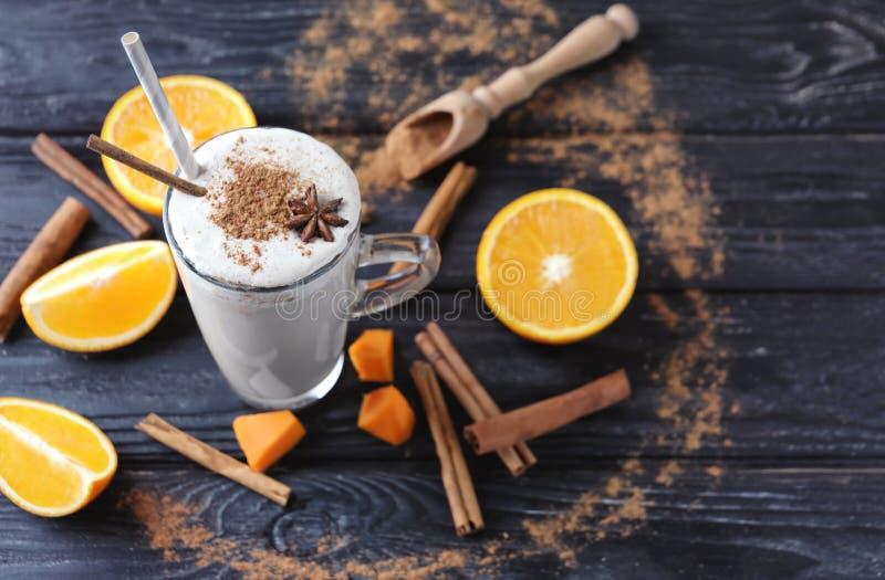 Glaskop van smakelijke latte met kaneel op houten lijst royalty-vrije stock foto