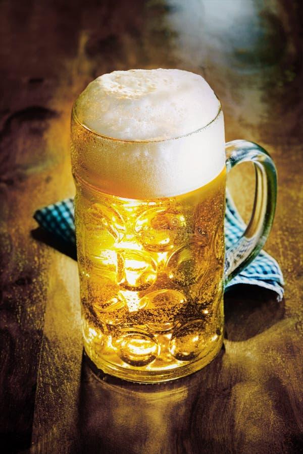 Glaskrug des kalten goldenen Ales oder des Bieres stockfotos