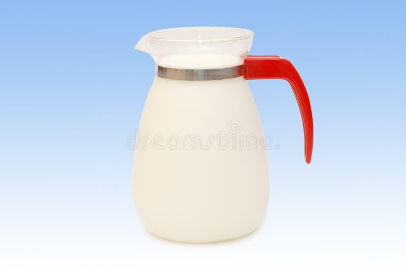 Glaskrug Milch lizenzfreie stockbilder
