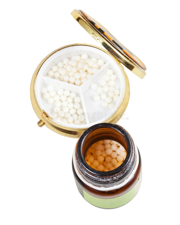 Glaskruik en pillendoos met de ballen van de homeopathiesuiker royalty-vrije stock foto's