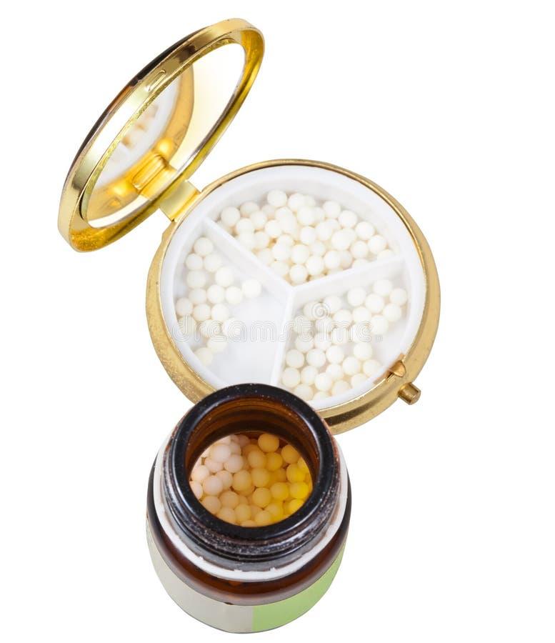 Glaskruik en pillendoos met homeopathieballen royalty-vrije stock fotografie