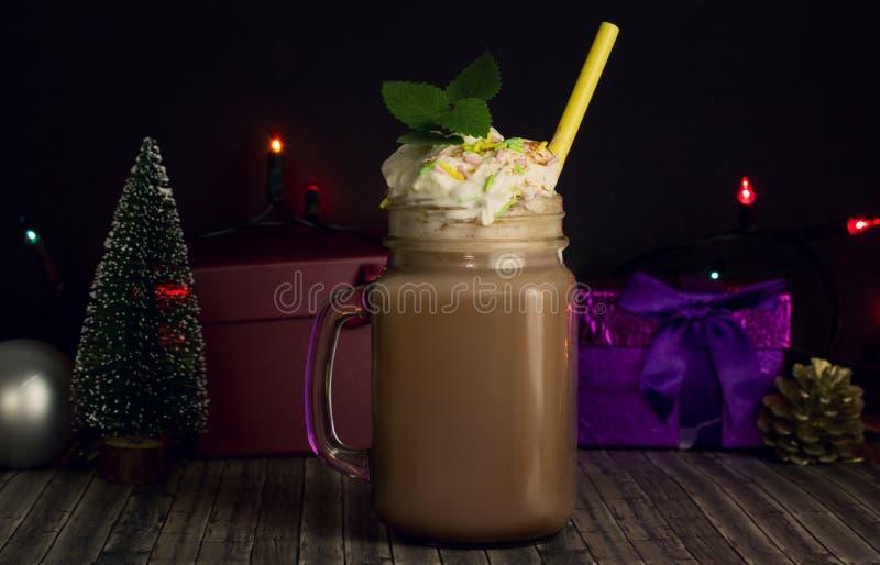 Glaskruik met cacao of hete chocolade met Kerstmisattributen royalty-vrije stock afbeeldingen