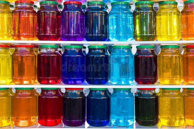 Glaskruik met gekleurde vloeistof stock afbeeldingen