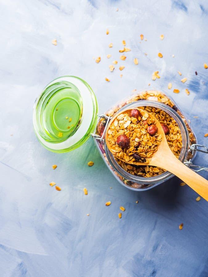 Glaskruik met naar huis gemaakte granola royalty-vrije stock foto's