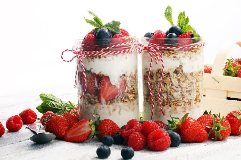 Glaskruik van eigengemaakte granola met yoghurt en verse bessen royalty-vrije stock fotografie