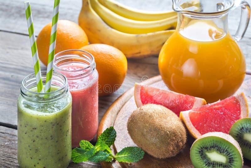 Glaskruiken fruit smoothies stock foto's