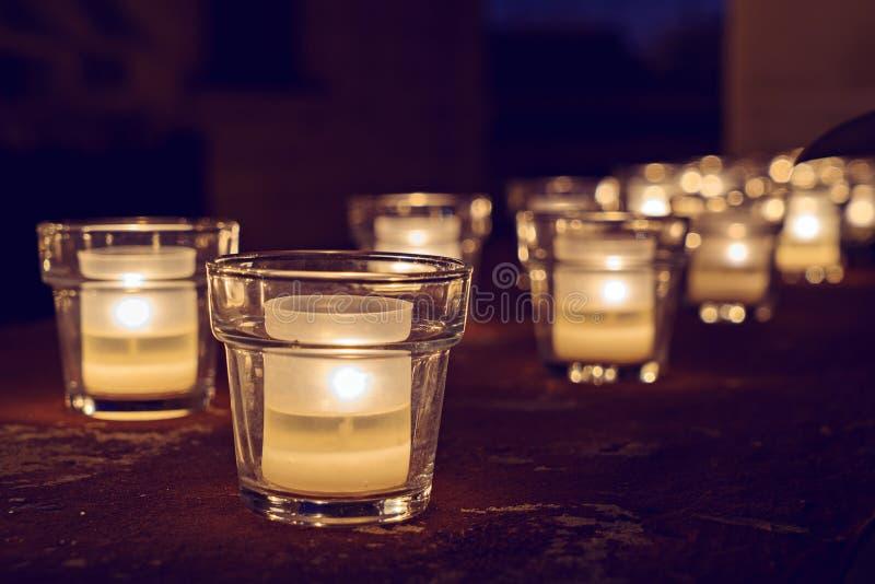 Glaskruiken met het branden van kaarsen op dark royalty-vrije stock fotografie