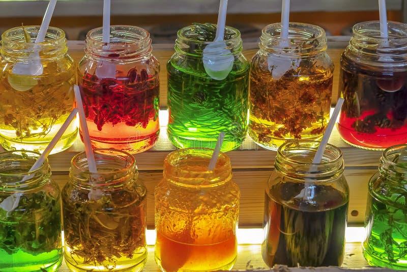 Glaskruiken met jam van diverse natuurlijke ingrediënten wordt gemaakt dat royalty-vrije stock afbeelding