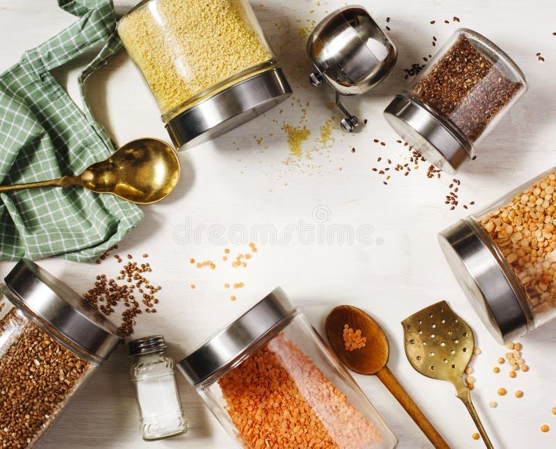 Glaskruiken met peulvruchten, grutten en nuttige zaden Gezond vegetarisch voedsel Schoon het Eten Concept royalty-vrije stock afbeeldingen