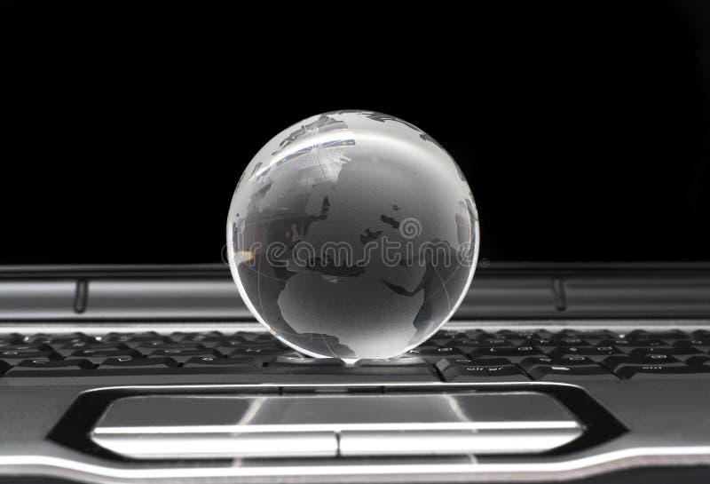 Glaskugel auf Laptop stockbild