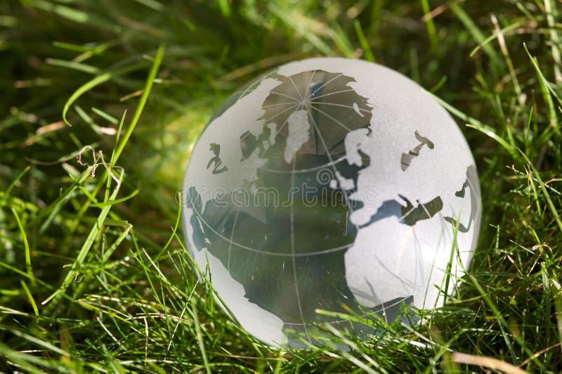 Glaskugel im Gras lizenzfreie stockfotografie