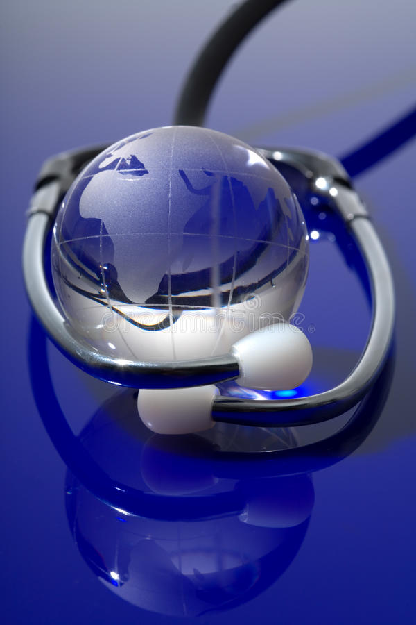 Glaskugel mit Stethoskop stockbild