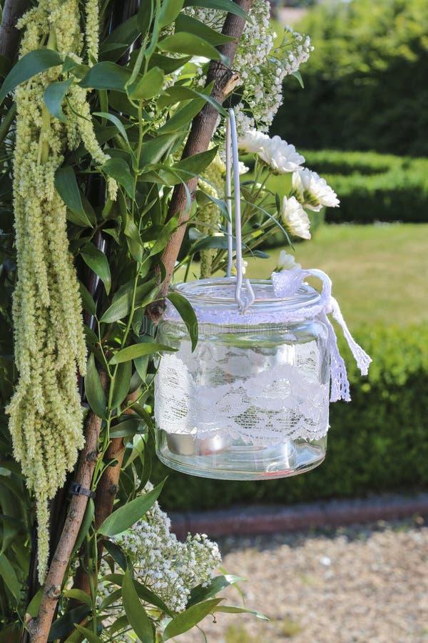 Glaslantaarn met het witte kant hangen op huwelijk wordt verfraaid dat archw stock afbeelding