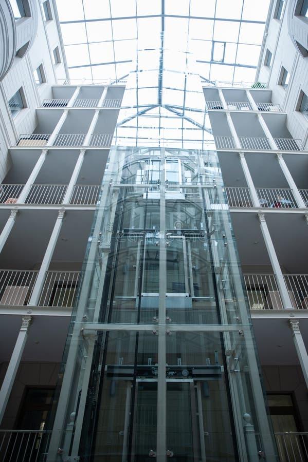 glaslift in een ruimte met een glasplafond royalty-vrije stock fotografie