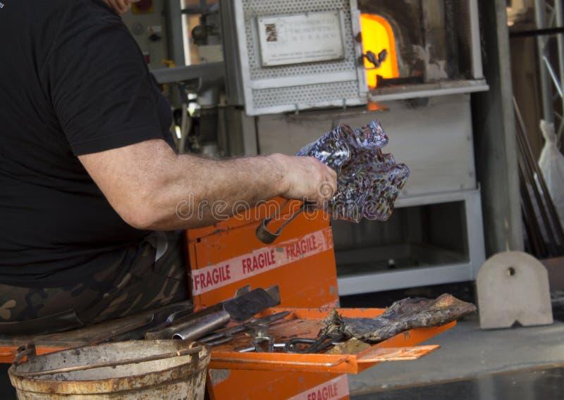 Glasmacher, herstellende Glasprodukte vom venetianischen Glas lizenzfreie stockfotos