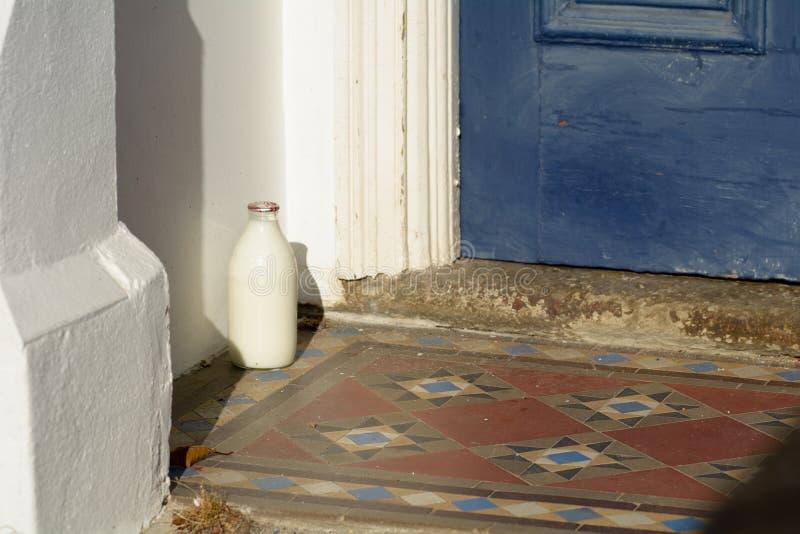 Glasmilchflasche des halben Liters außerhalb des Hauses lizenzfreies stockfoto