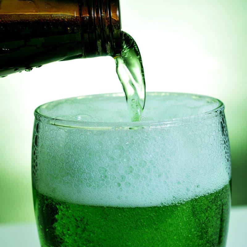 Glasmok met geverft groen bier stock foto