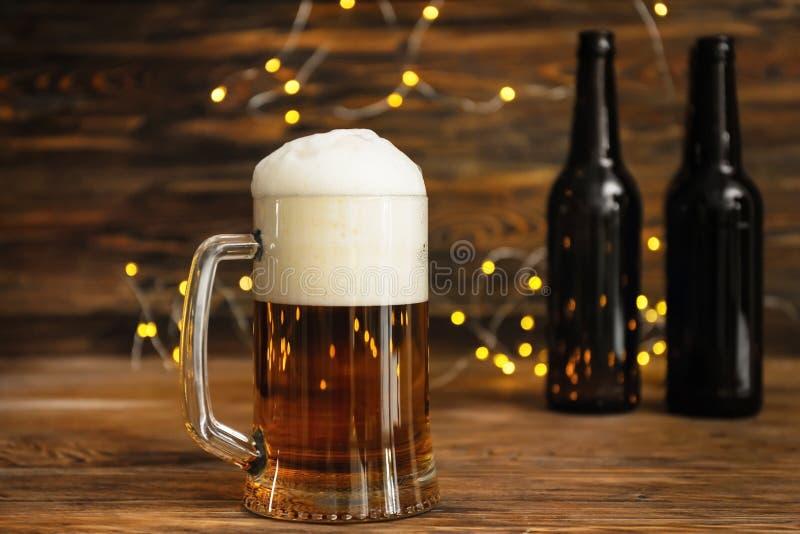 Glasmok met koud bier op houten lijst royalty-vrije stock foto