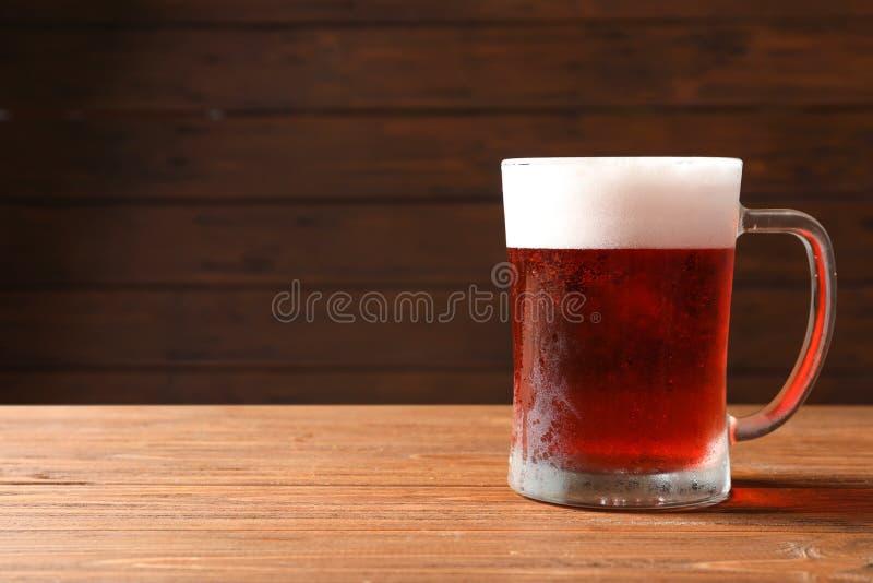Glasmok met koud rood bier stock foto's