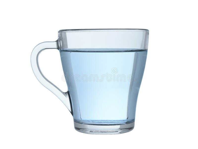 Glasmok met transparant duidelijk die water op een witte achtergrond wordt geïsoleerd stock foto