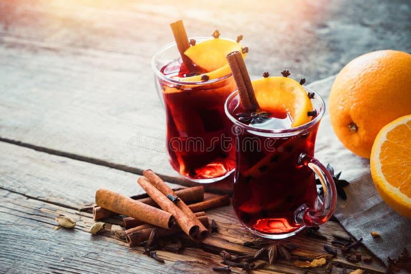 Glasmokken overwogen wijn met kruiden en citrusvruchten royalty-vrije stock afbeelding