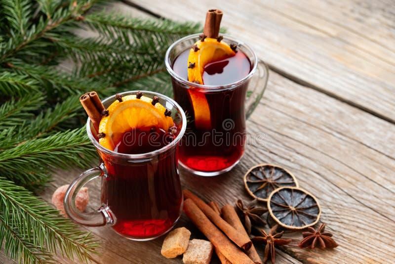 Glasmokken overwogen wijn met kruiden en Kerstboomtakken op lijst Exemplaarruimte voor tekst royalty-vrije stock afbeelding