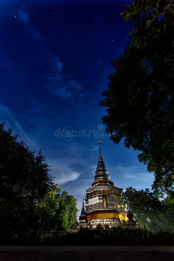 Glasmosaik Stupa bei Wat Phra That Doi Khao Kwai ein buddhistischer Tempel bei Chiang Rai Thailand Ein stupa nachts sternenklares lizenzfreie stockbilder
