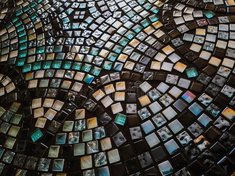 Glasmosaiktabelle der schönen Runde mit geometrischem Muster handmade stockfoto