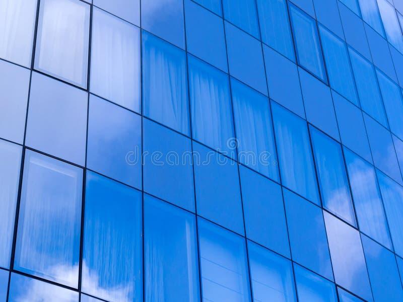 Glasmuur in moderne architectuur royalty-vrije stock foto's