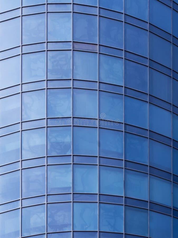 Glasmuur in moderne architectuur stock foto