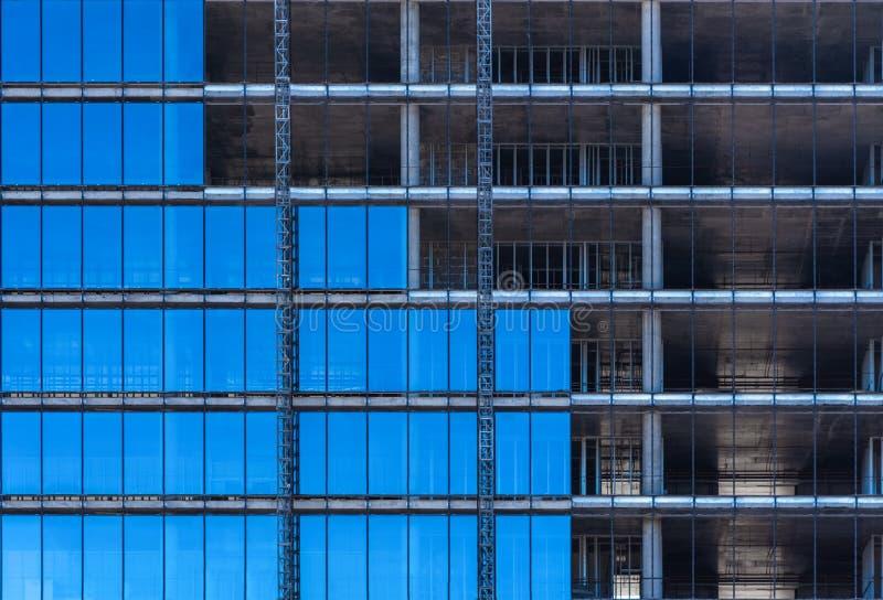 Glasmuur van een monolithisch gebouw in aanbouw royalty-vrije stock foto's