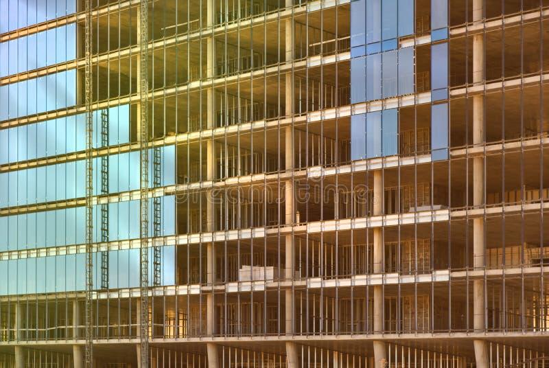 Glasmuur van een monolithisch gebouw in aanbouw stock fotografie