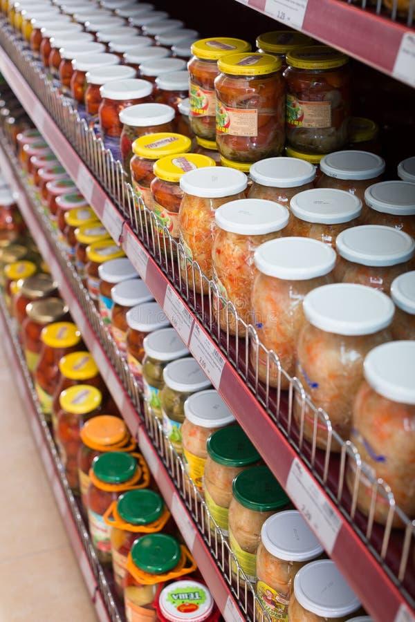 Glasnahrungsmittel und Essiggurken im russischen Lebensmittelgeschäft stockfotografie
