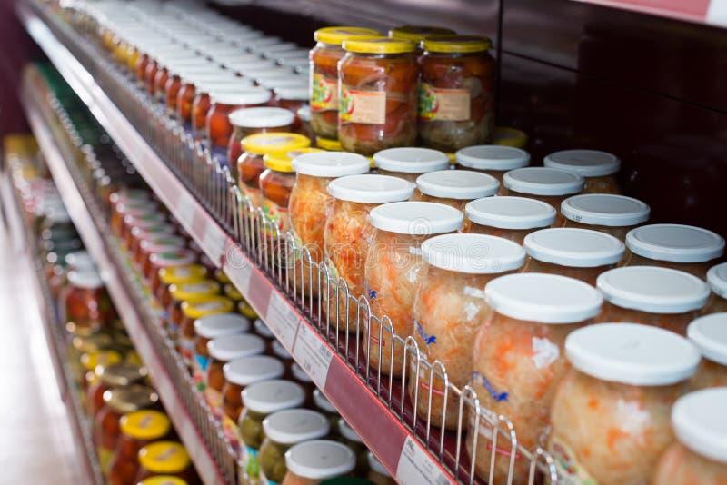 Glasnahrungsmittel und Essiggurken im russischen Lebensmittelgeschäft lizenzfreie stockbilder