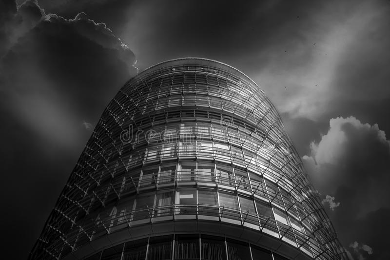 Glasoberfläche der Wolkenkratzeransicht in den Bezirk von Geschäftszentren mit Reflexion auf ihr, Schwarzweiss stockfoto