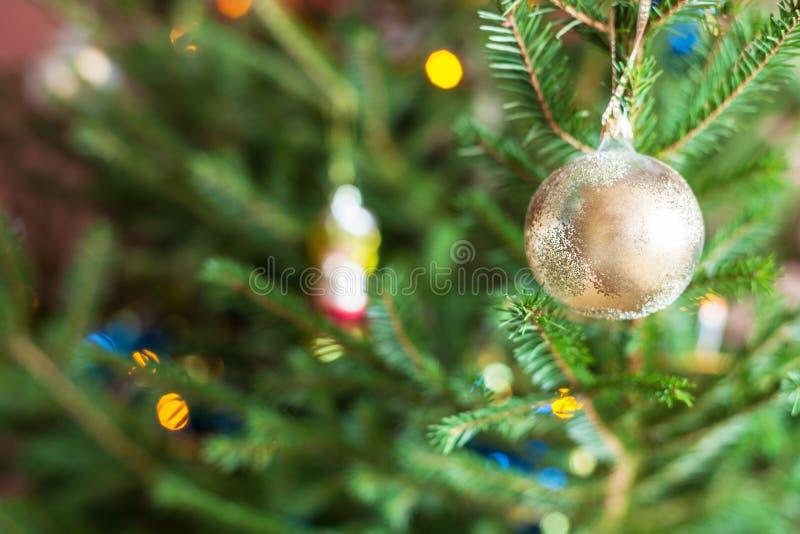 Glasornamenten op takjes van levende Kerstboom royalty-vrije stock afbeelding