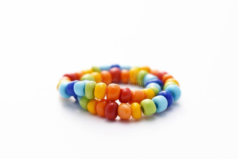 Glasperle-Armband-Regenbogen auf weißem Hintergrund stockfoto