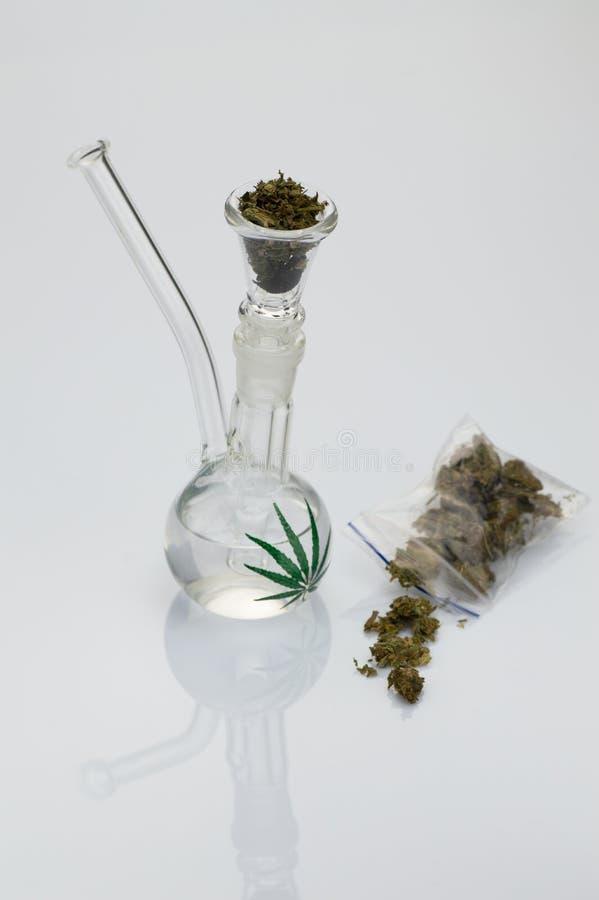 Glaspijp met marihuana royalty-vrije stock afbeeldingen