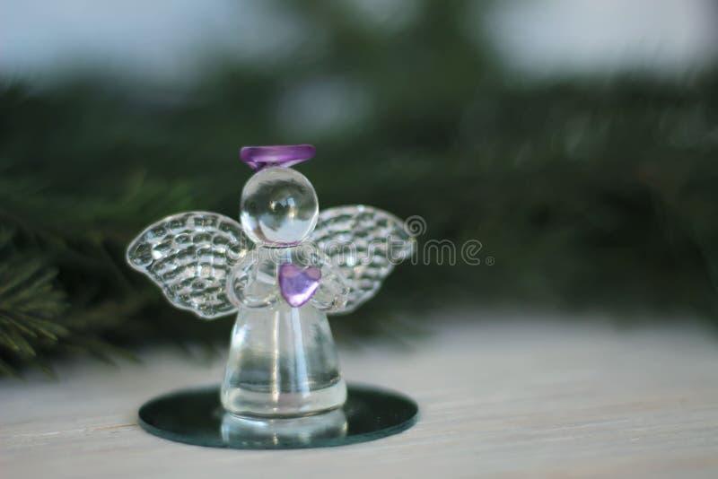 Glass ängelgarnering och julgranfilial royaltyfri fotografi