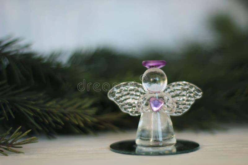 Glass ängelgarnering och julgranfilial fotografering för bildbyråer