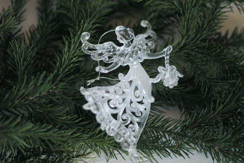 Glass ängelgarnering och julgranfilial arkivbild