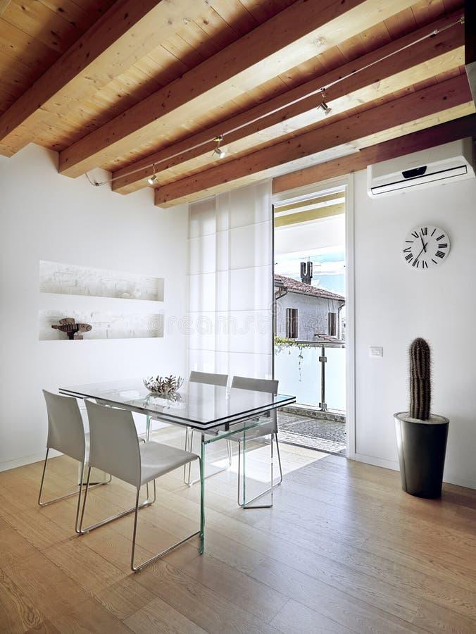 Glass äta middag tabell i modern lägenhet arkivbilder