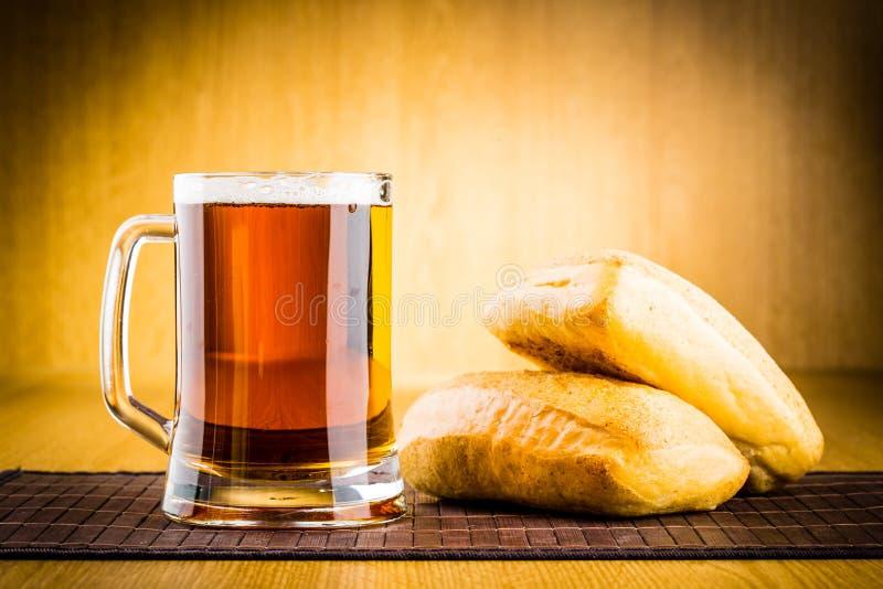 Glass öl på trä fotografering för bildbyråer