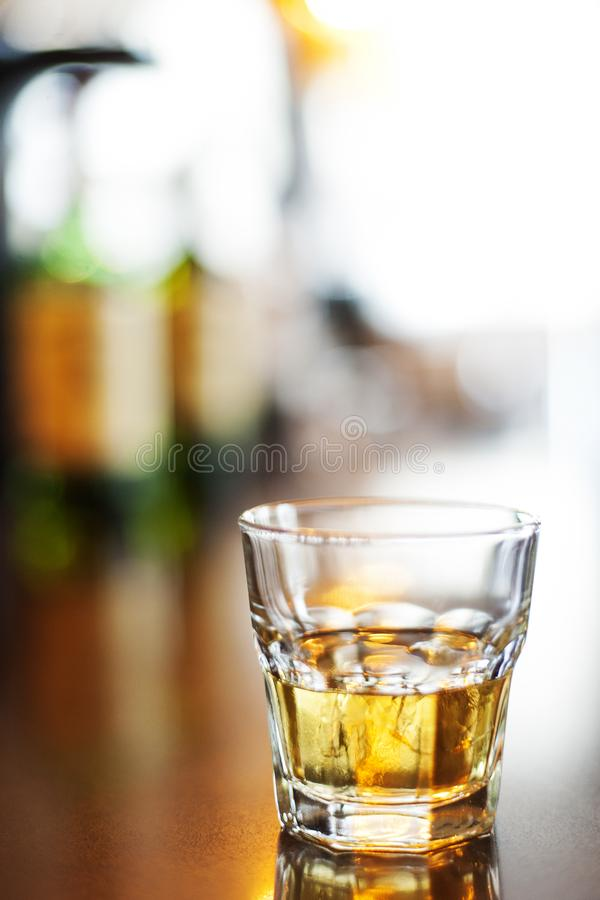 Glass av whiskey på stenarna i grunt fokus royaltyfria foton