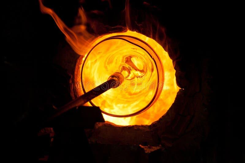 Glass blåsa process royaltyfri bild