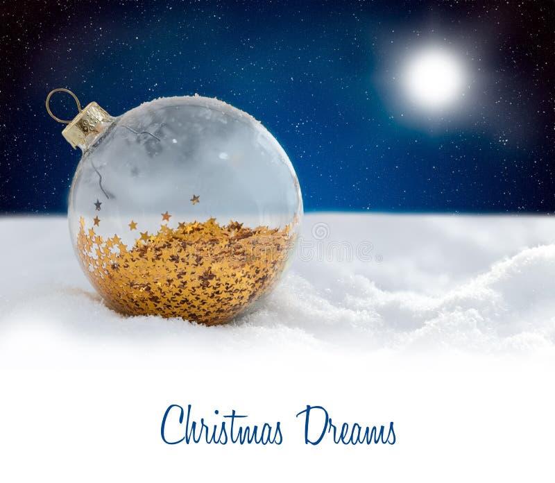 Glass boll för julgarnering på den snöig natten royaltyfri fotografi