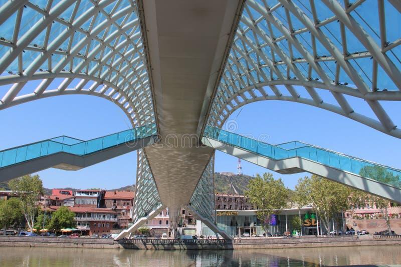 Glass bro i Tbilisi, Georgia arkivfoto