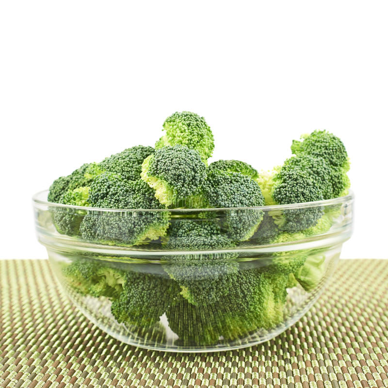Glass bunke mycket av grön broccoli royaltyfri bild