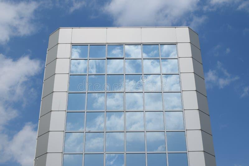 Glass byggnad för blå himmel royaltyfri foto